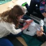 Enara y Meritxell practicando la respiración