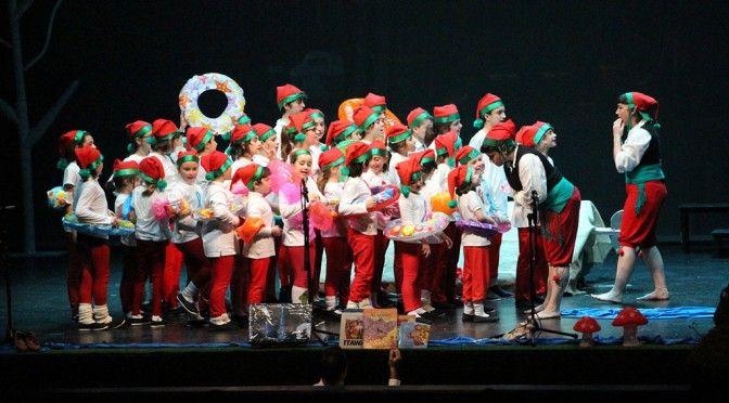 """El público aclama al centenar de actores del """"Cuento de Navidad"""" de la coral Schola Cantorum"""
